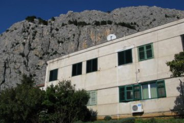 Apartment Bane, Omis