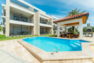 Luxurious apartments Miriere with pool